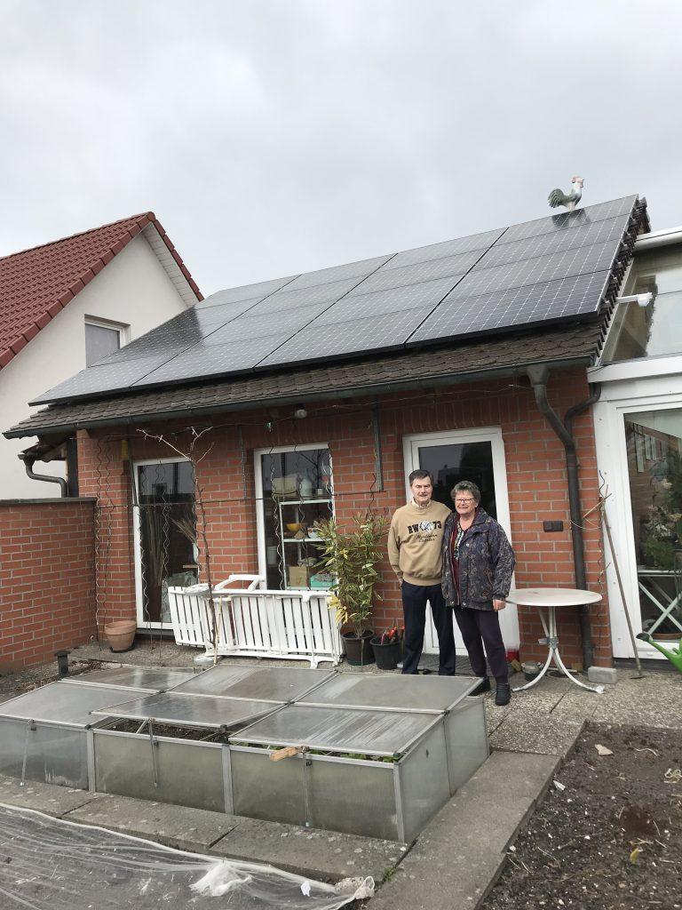 Familie Lehner vor ihrer iKratos-SunPower-Anlage